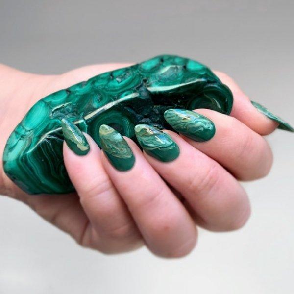 Маникюр с камнями: малахит, гранит и кристаллы