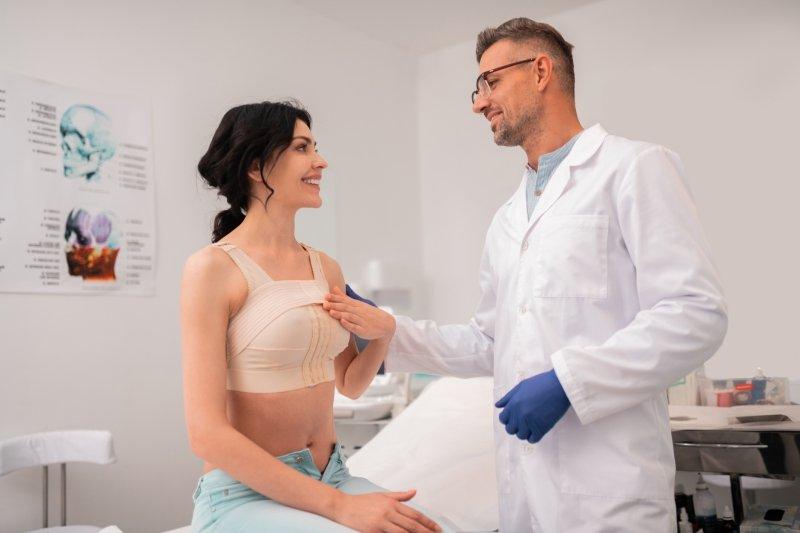 Подтяжка груди без имплантов: плюсы и минусы нового тренда