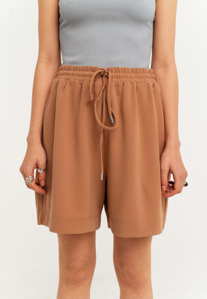 Какие шорты носить девушкам сширокими бедрами: 9 моделей, которые стройнят