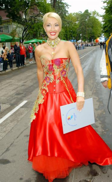 «Киркоров вюбке»: самые помпезные наряды Леры Кудрявцевой
