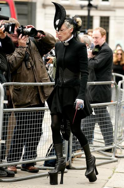 Леди Гага вмонструозных туфлях иеще 8 звезд, которые носят хищные каблуки